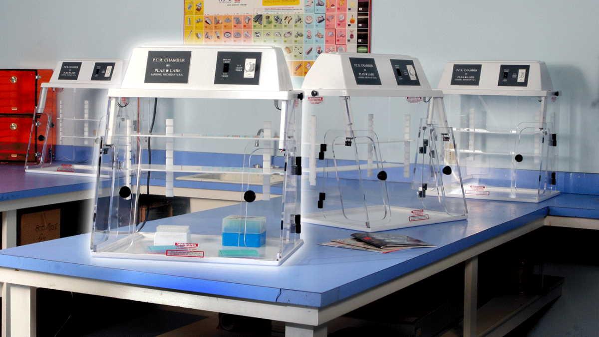 ПЦР боксы 825-PCR от Plas-Labs ™ Inc. с защитой от бета-лучей